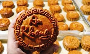 Bánh Trung thu có vẻ đẹp lạ, thơm ngon quyến rũ khách thành phố