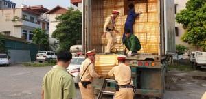 Hà Nội: CSGT truy đuổi tài xế container chở 30 tấn nội tạng bốc mùi thối