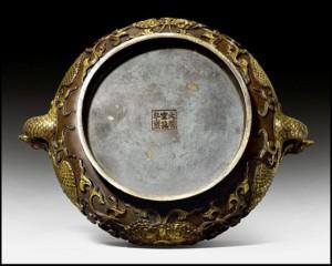 Một gia đình choáng váng khi biết chiếc bát bằng đồng cũ hay dùng đựng bóng tennis có giá 100 tỷ