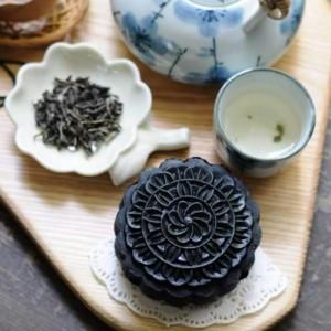 Tết Trung thu: Bánh Trung thu trà sữa, tinh than tre độc, lạ hút khách