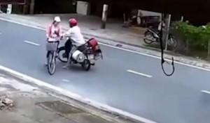 Kẻ bệnh hoạn chặn xe, sàm sỡ bé gái ngay giữa đường gây phẫn nộ dư luận