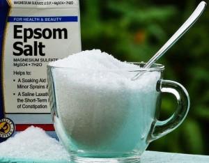 Cho muối vào dầu gội, bạn sẽ bất ngờ khi tóc ngày càng bóng mượt và giảm rụng