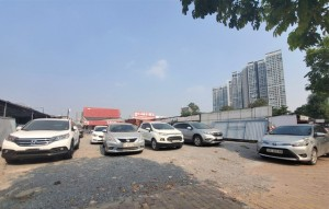 Hàng trăm ô tô tiền tỷ nằm phơi nắng chờ khách mua ở Hà Nội
