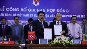 Ai trả lương khủng cho HLV Park Hang-seo?