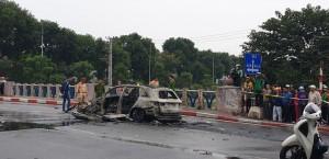 Đạp cửa xe đang cháy rực, nữ tài xế chạy đến ôm một thi thể đang nằm giữa đường