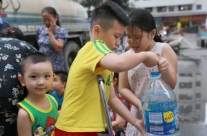 Hàng trăm cư dân đề nghị Công ty sông Đà bồi thường sau vụ nước sạch ô nhiễm dầu thải