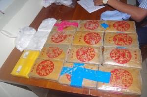 Quảng Nam: Phát hiện can nhựa chứa nhiều bánh màu trắng nghi là heroin