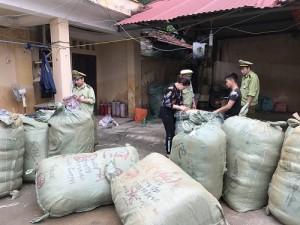 Thu giữ gần 1.000 lọ nước hoa không có hóa đơn hợp pháp