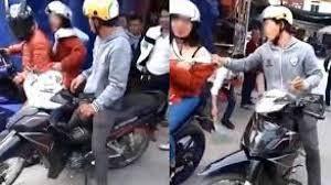 Bắt quả tang vợ ngồi sau xe trai lạ, chồng xông vào kéo về nhưng nhận được cái kết quá phũ phàng