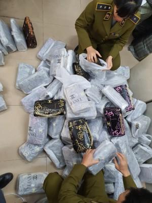 Phát hiện gần 700 túi xách 'nhái' các nhãn hiệu nổi tiếng