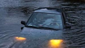 Ô tô bị rơi xuống nước nếu bỏ qua 5 kỹ năng thoát hiểm này dễ mất mạng