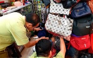 Thu giữ hàng trăm túi xách giả nhãn hiệu tại Saigon Square và Lucky Plaza