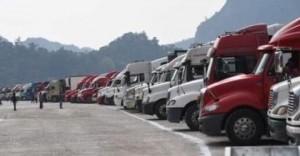 Mặc cơ quan chức năng khuyến cáo, xe chở nông sản vẫn ùn ùn lên cửa khẩu