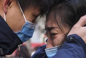 Nữ y tá cạo trọc đầu để tránh lây lan và những câu chuyện tình người trong cuộc chiến Corona