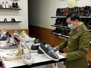 Tạm giữ 40 đôi giầy thể thao người lớn có dấu hiệu giả mạo nhãn hiệu