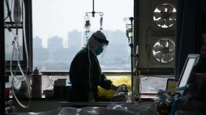 Bệnh viện ở New York: Hết chỗ chứa trong nhà xác, 3 bệnh nhân chung 1 máy thở