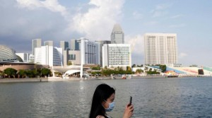 Giữa mùa dịch, 'đứng cạnh nhau' có thể là tội phải đi tù ở Singapore