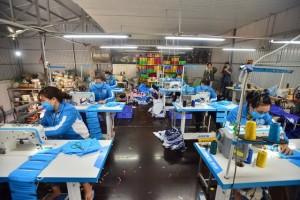 Hà Nội: Bỏ xưởng may áo mưa, nhóm công nhân quyết may khẩu trang tặng người dân, học sinh để chống dịch COVID-19