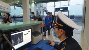 Khách trên chuyến bay có tiếp viên mắc COVID-19 đều là người tiếp xúc gần, phải cách ly tập trung