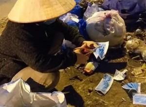 Người phụ nữ bới khẩu trang trong đống rác, biết câu chuyện phía sau khiến ai cũng cảm thấy xấu hổ