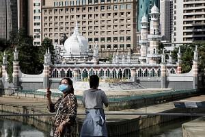 Choáng: Malaysia thất thủ khi ổ dịch đền thờ lây lan tới cấp F5, Philippines thêm hơn 300 ca