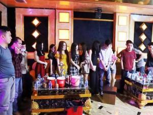 Vụ 76 nam nữ thanh niên thác loạn trong quán karaoke: Trèo lên cây trốn nhiều giờ vẫn bị bắt và đưa đi cách ly