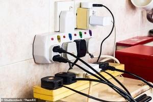 Cảnh báo ổ cắm điện, thiết bị sạc quá tải gây nguy hiểm trong thời gian làm việc tại nhà