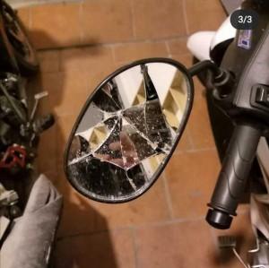 Chuẩn bị lấy xe đi làm thì thấy gương xe máy vỡ tan cùng chiếc phong bao đỏ dán bên cạnh, nội dung bên trong khiến ai cũng bất ngờ
