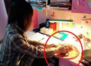 Nữ sinh chăm chú nhìn màn hình điện thoại để học online, ai cũng khen ngợi nhưng rồi bất ngờ thấy bàn tay có hành động lạ