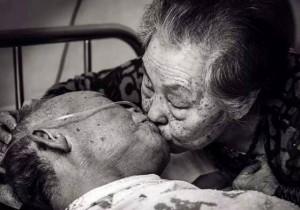 Cụ bà cứu sống cụ ông bằng một nụ hôn và bí quyết để có tình yêu viên mãn đến tận lúc chết