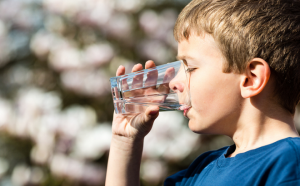 Tác hại khi uống nước đá ngày hè