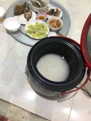 Dọn mâm lên thì cơm còn nguyên gạo nước, chồng ném cả nồi vào thùng rác và màn vùng lên của người vợ quen nhịn nhục