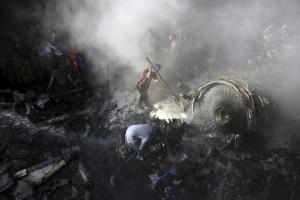 Máy bay Pakistan rơi làm 97 người chết do phi công mải nói chuyện covid-19