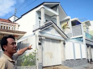Nhà mua hợp pháp, bỗng một nhóm người phá khóa vô ở tỉnh bơ