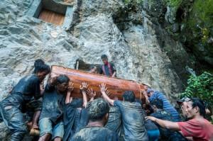 Sống chung và vệ sinh th.i th.ể người ch.ết: Việc làm nghe rùng rợn nhưng là văn hóa người Toraja cùng những lễ tang đắt đỏ thể hiện sự giàu sang