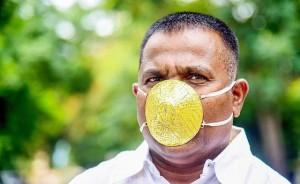 Doanh nhân Ấn Độ đeo khẩu trang vàng 4.000 USD để chống Covid