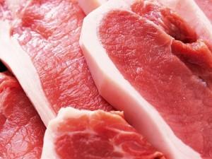 Khi mua thịt, chỉ cần nhìn biểu hiện sau khi ấn ngón tay vào miếng thịt sẽ biết thịt tươi hay bị bơm nước, thịt ôi