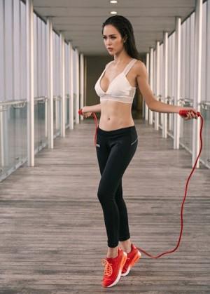 Không tốn tiền tập gym, nàng diện bikini dáng chuẩn nhờ loạt dụng cụ rẻ bèo
