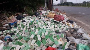 Luật sư đề nghị xử lý nghiêm hành vi vứt bỏ hàng trăm lọ giảm cân ở vỉa hè Đại lộ Thăng Long
