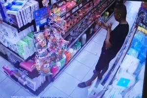 NÓNG: Một người đàn ông vào siêu thị mini ở Đà Nẵng bôi nước bọt vào nhiều gói thực phẩm khô