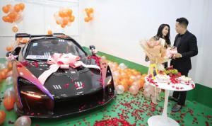 Ông chồng hot MXH hôm nay: Tặng vợ siêu xe 50 tỷ thuộc hàng mới nhất trên thế giới nhưng chi tiết trên biển số mới khiến hội chị em