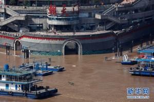 Tin lũ lụt mới nhất ở Trung Quốc: Đập lớn nhất thế giới quá tải phải xả nước, hàng chục vạn người khốn khổ