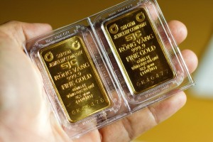 Giá vàng tăng sốc, vượt qua đỉnh cao mọi thời đại