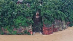 Lũ dâng chạm chân Đại Phật: Trung Quốc sơ tán 10 vạn dân, 3 siêu đập