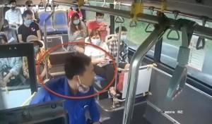 Clip khách không chịu đeo khẩu trang, chửi tục, nhổ nước bọt vào nữ phụ xe buýt ở Hà Nội