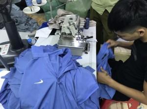 Đột kích nhà máy may, bắt hàng ngàn áo phông giả hàng hiệu