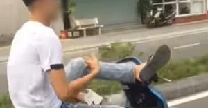 Nam thanh niên không đội mũ bảo hiểm, còn dùng 1 chân lái xe gây bức xúc