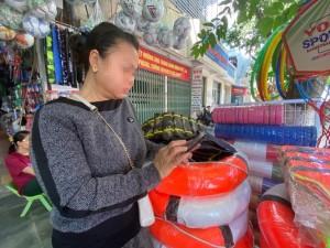 Áo phao cứu hộ cháy hàng, tăng giá phi mã