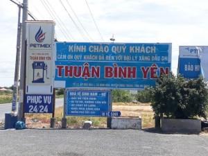 Cận cảnh cây xăng có các slogan