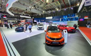 Hàng nghìn ô tô Indonesia ùn ùn đổ về Việt Nam, giá chỉ 280 triệu đồng/chiếc